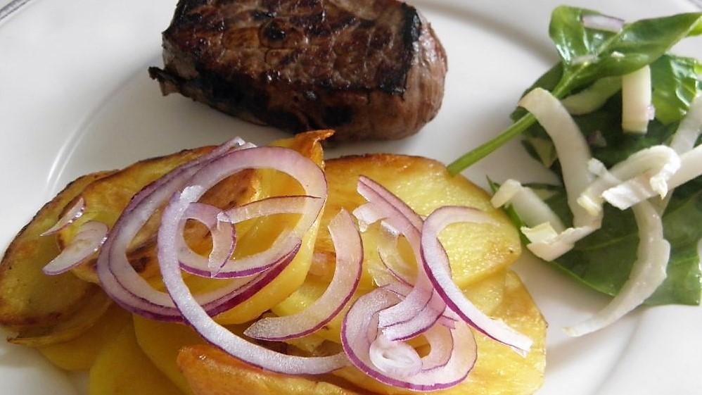 Steak z roštěné se speciálně opečenými brambory